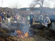 地区の人々が集まってきて 団子焼きをする