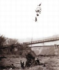 昭和36年正月、水没前に 最後に行われた団子焼き (八木孝雄さん提供)