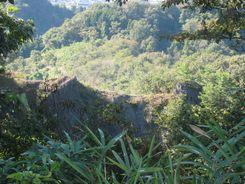 東側( シュタイナー学園付近)から 包丁岩を見下ろしたところ