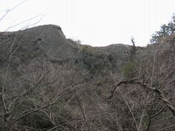 東側の麓から包丁岩を 見上げたところ