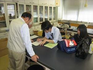 受付をする相模原青陵高校地球惑星科学部の生徒さん。
