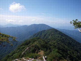 檜洞丸(ひのきぼらまる)方向から大室山を望む
