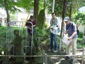 有名な田名・堀の内にある陽石道祖神を熱心に見る横浜の会員