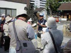 解説をする横浜の会員(鶴見神社)