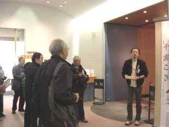 企画展会場の前で説明する刈田さん
